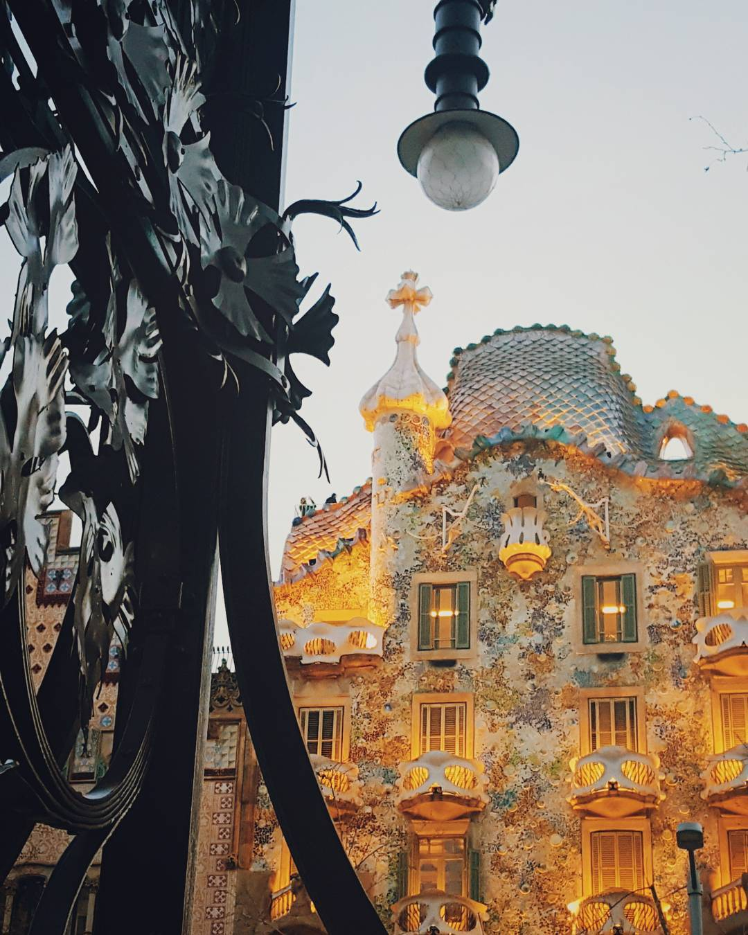 Read more about The Modernist streetlamp allying with the facade of Casa Batllo was the winner of  March's #Photocontest